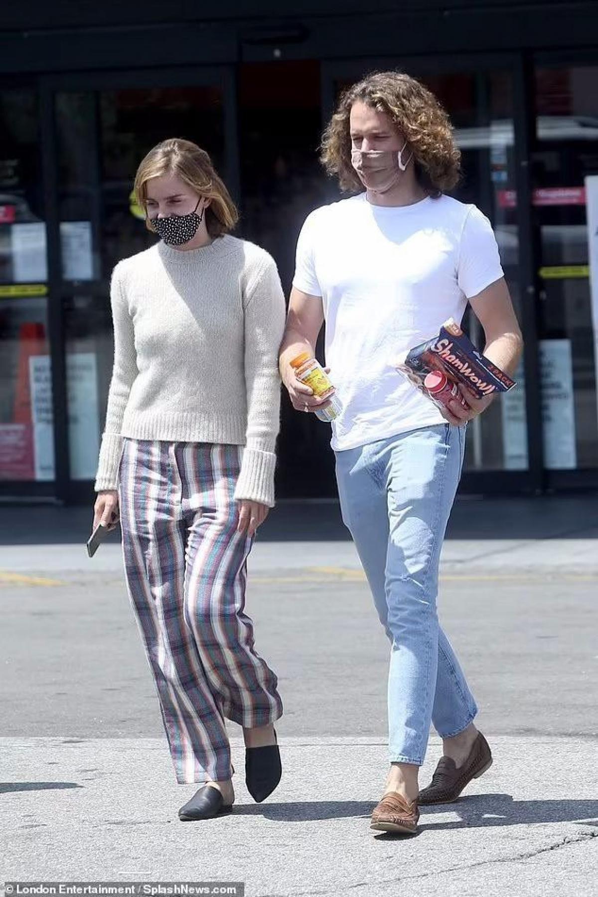 Emma Watson cắt tóc ngắn trẻ trung, vui vẻ đi mua sắm cùng bạn trai Ảnh 1