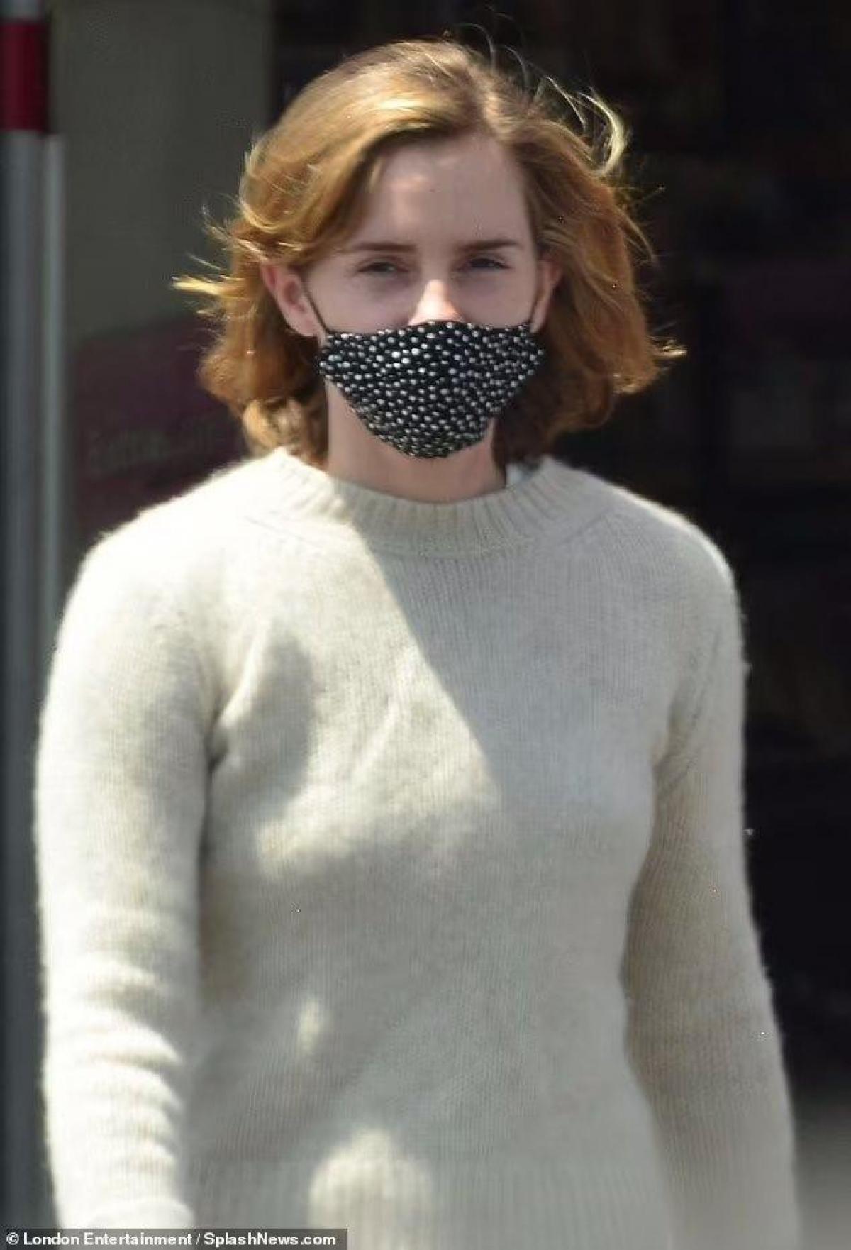 Emma Watson cắt tóc ngắn trẻ trung, vui vẻ đi mua sắm cùng bạn trai Ảnh 2