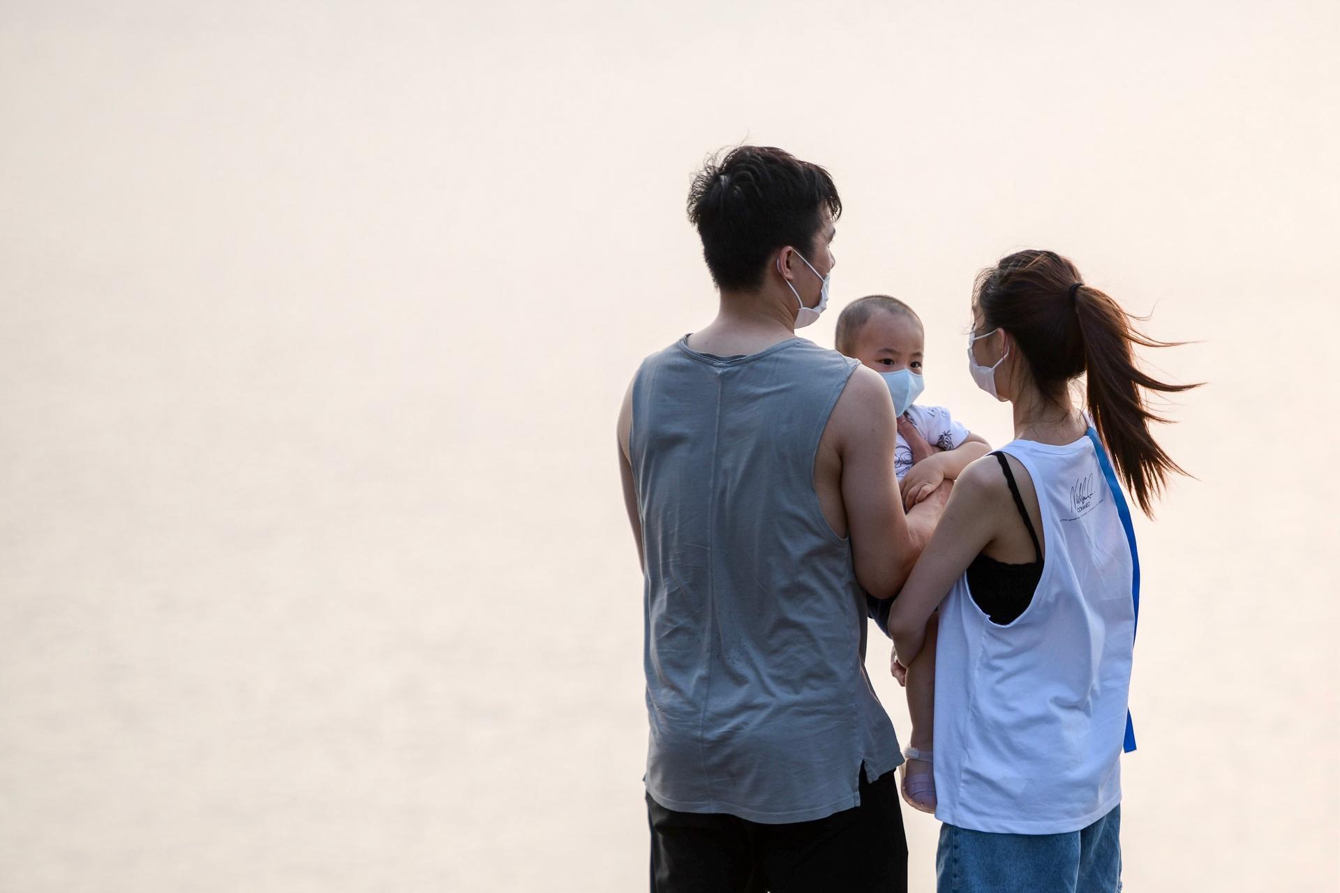 Nhiều người vượt rào chắn chống dịch Covid-19 để check-in hồ Tây Ảnh 8