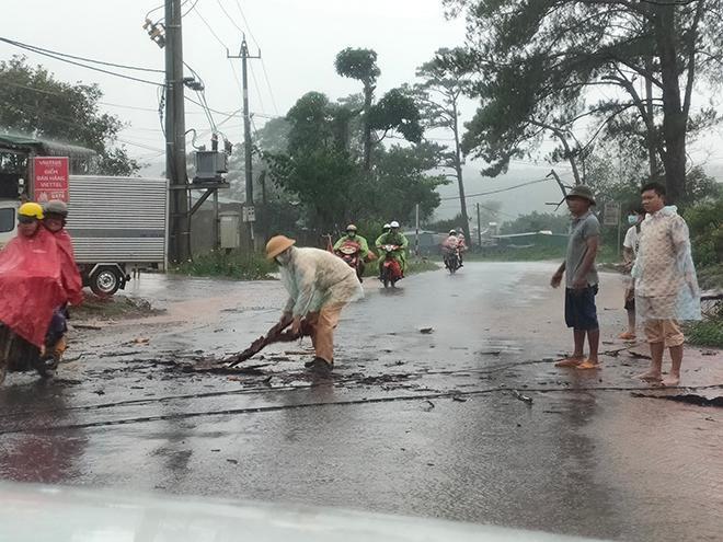 CSGT dầm mưa cùng người dân dọn cây gỗ lớn đổ ngang đường Ảnh 3