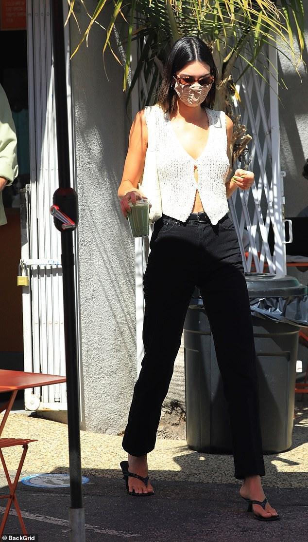 'Siêu mẫu đắt giá nhất thế giới' mặc áo lưới, không nội y ra phố Ảnh 2