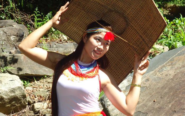 Thiếu nữ Cor duyên dáng trong trang phục truyền thống Ảnh 1