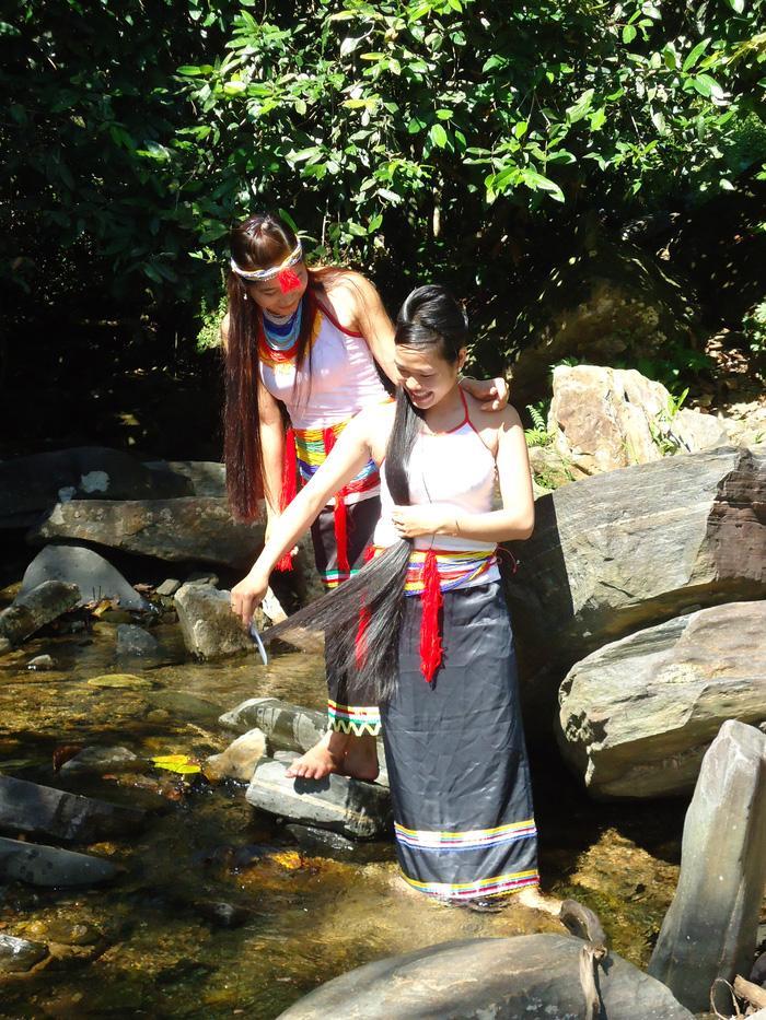 Thiếu nữ Cor duyên dáng trong trang phục truyền thống Ảnh 2