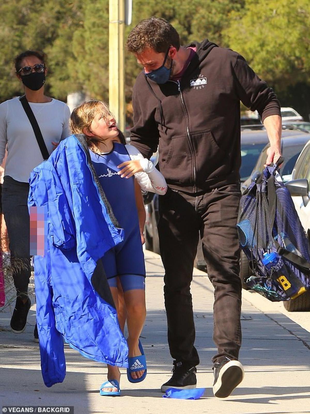 Ben Affleck phong độ đưa con trai cưng đi học bơi sau tin đồn tái hợp Jennifer Lopez Ảnh 5
