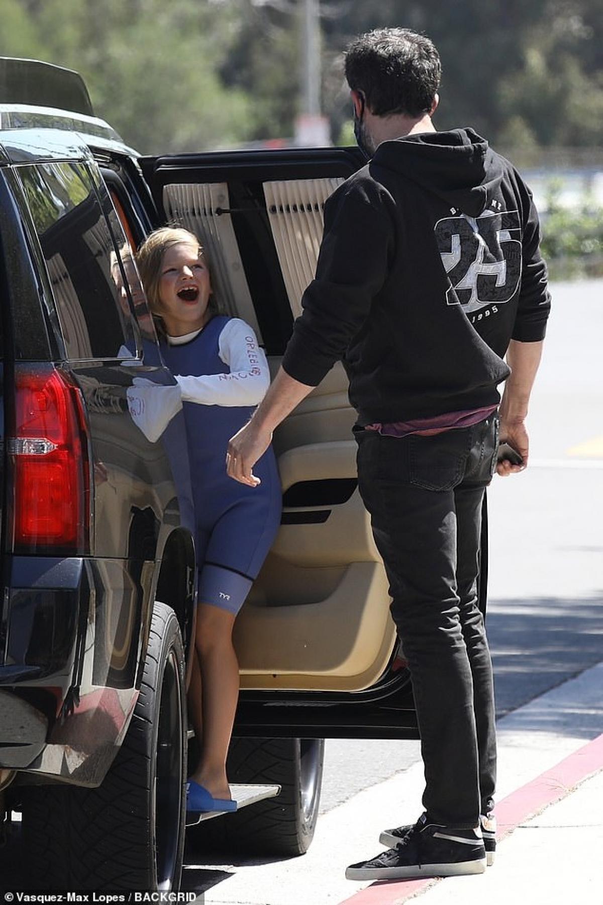 Ben Affleck phong độ đưa con trai cưng đi học bơi sau tin đồn tái hợp Jennifer Lopez Ảnh 7
