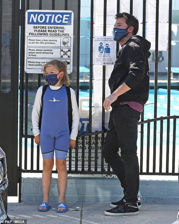 Ben Affleck phong độ đưa con trai cưng đi học bơi sau tin đồn tái hợp Jennifer Lopez Ảnh 4