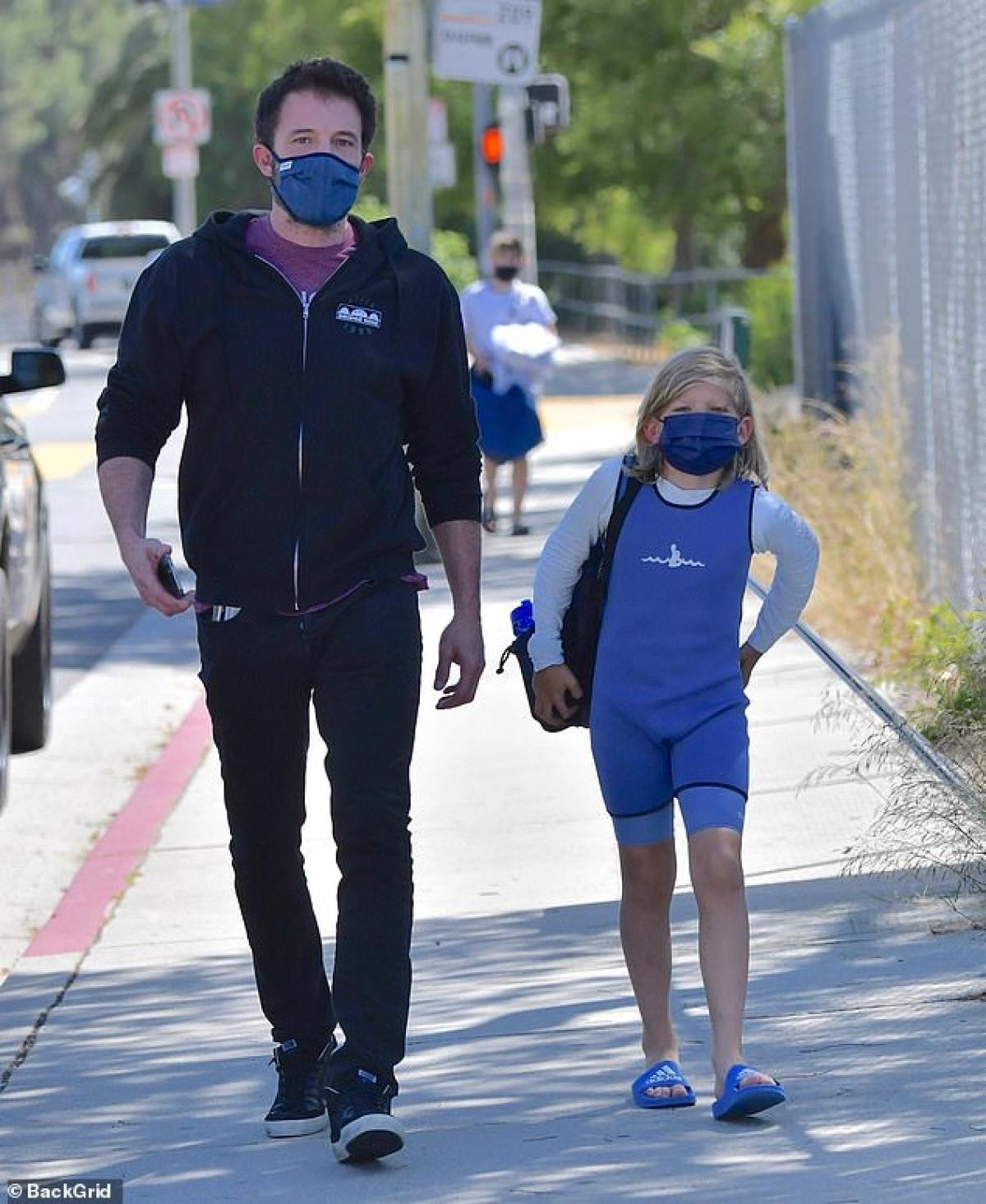 Ben Affleck phong độ đưa con trai cưng đi học bơi sau tin đồn tái hợp Jennifer Lopez Ảnh 1