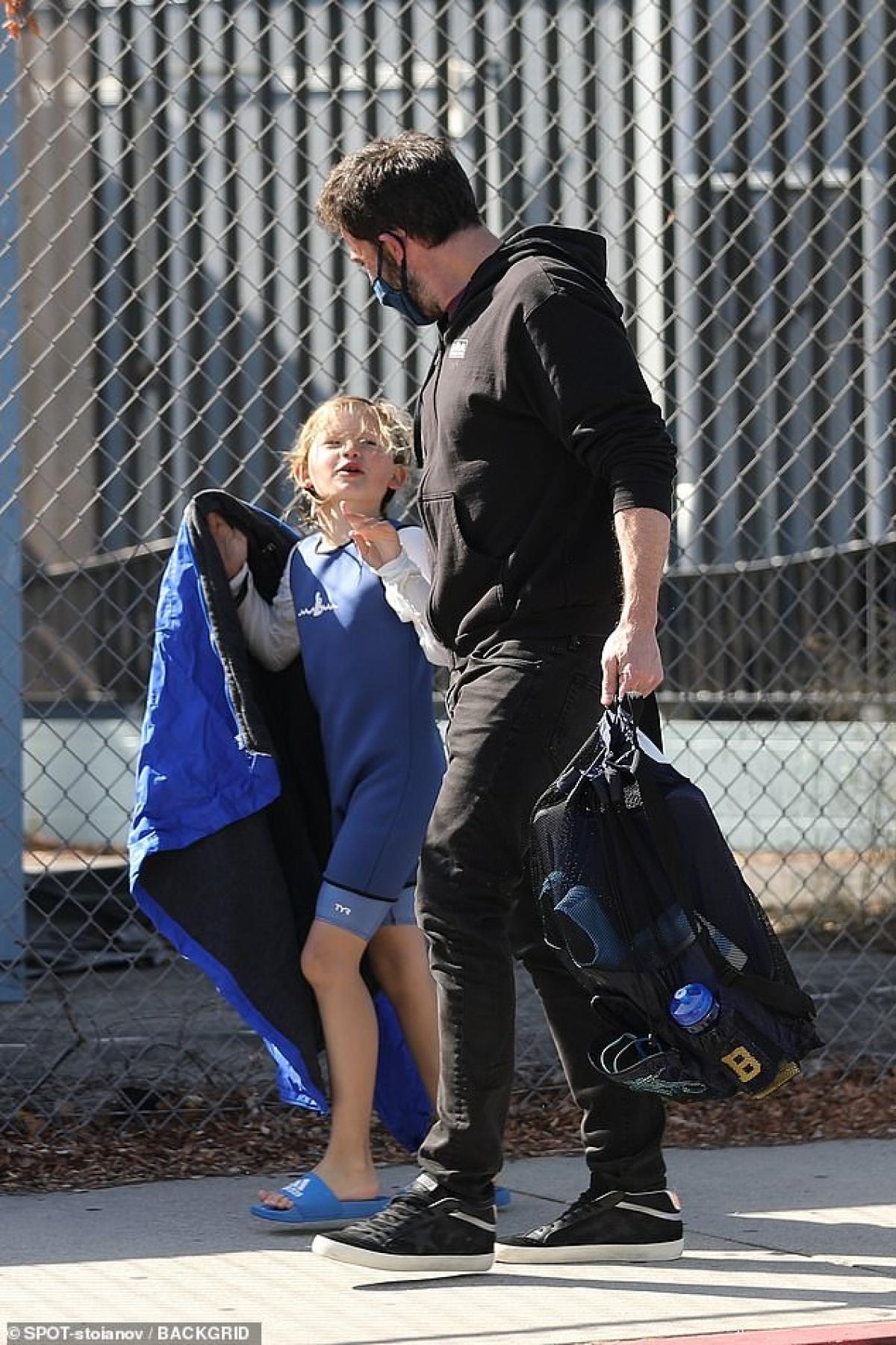 Ben Affleck phong độ đưa con trai cưng đi học bơi sau tin đồn tái hợp Jennifer Lopez Ảnh 6