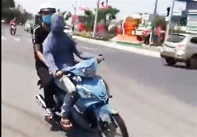 Xử phạt nam thanh niên bịt kín mắt rồi chạy xe máy cho 'ngầu' Ảnh 1