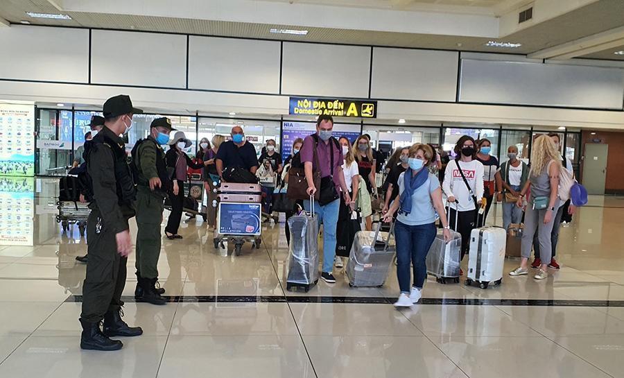 Vắng khách trong ngày bầu cử, nhưng sân bay, nhà ga đường sắt vẫn được 'quản chặt' Ảnh 2