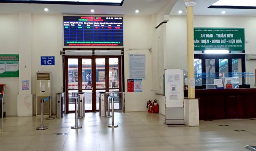 Vắng khách trong ngày bầu cử, nhưng sân bay, nhà ga đường sắt vẫn được 'quản chặt' Ảnh 10