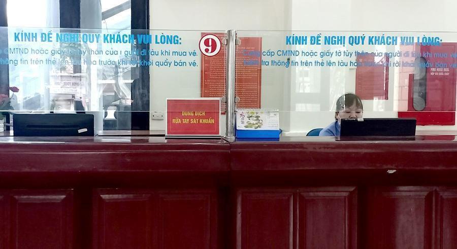 Vắng khách trong ngày bầu cử, nhưng sân bay, nhà ga đường sắt vẫn được 'quản chặt' Ảnh 8