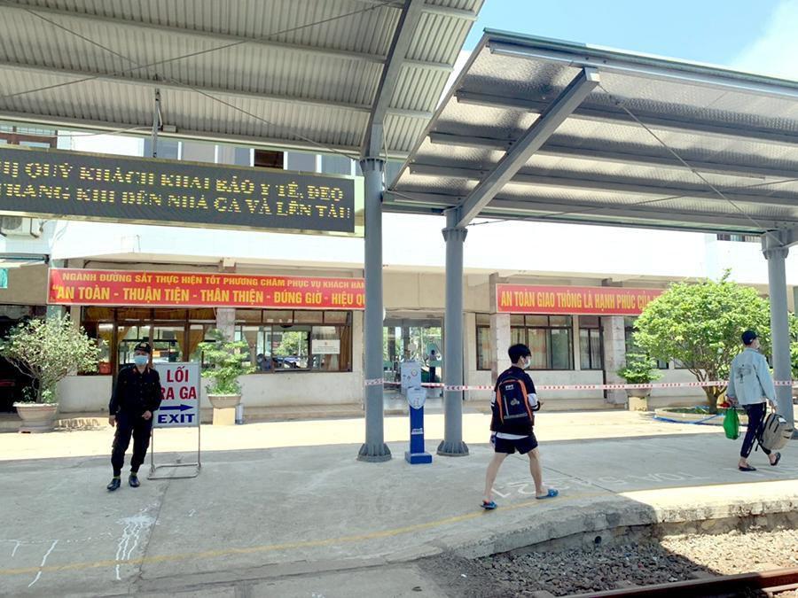 Vắng khách trong ngày bầu cử, nhưng sân bay, nhà ga đường sắt vẫn được 'quản chặt' Ảnh 6