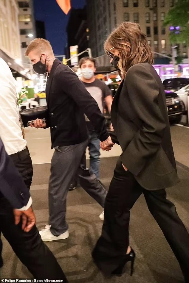 Victoria Beckham 'thả rông', tay trong tay cùng ông xã hẹn hò Ảnh 8