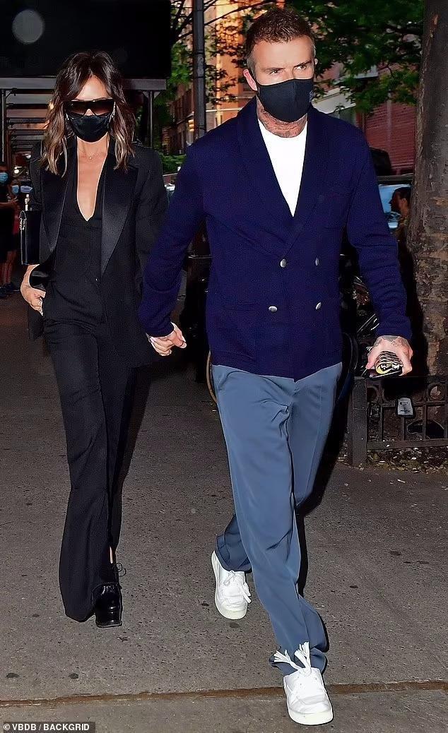 Victoria Beckham 'thả rông', tay trong tay cùng ông xã hẹn hò Ảnh 1
