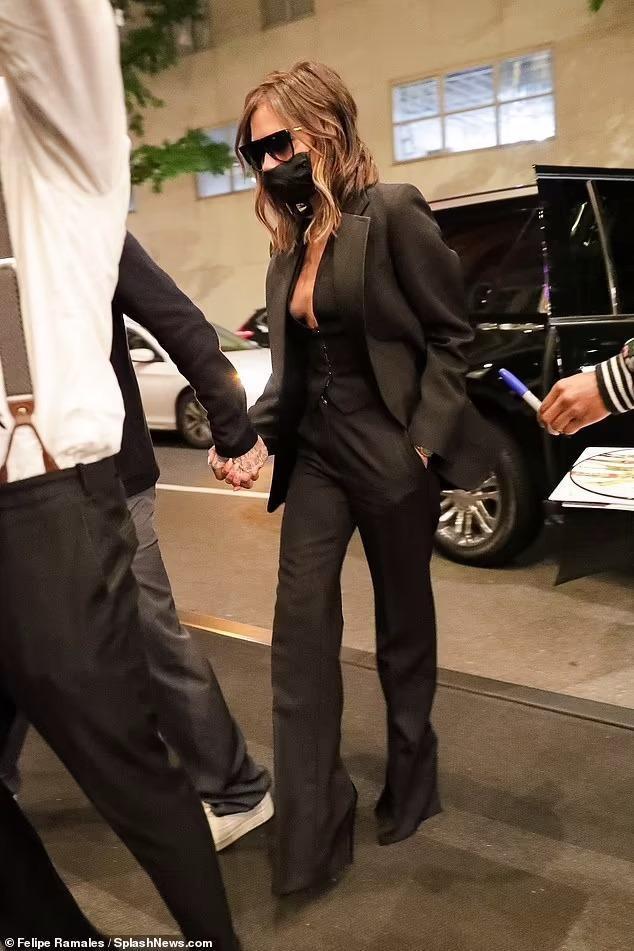 Victoria Beckham 'thả rông', tay trong tay cùng ông xã hẹn hò Ảnh 2