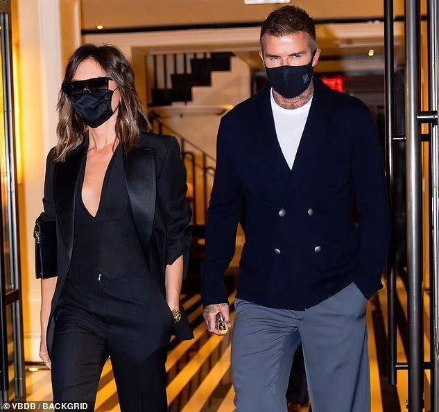 Victoria Beckham 'thả rông', tay trong tay cùng ông xã hẹn hò Ảnh 6