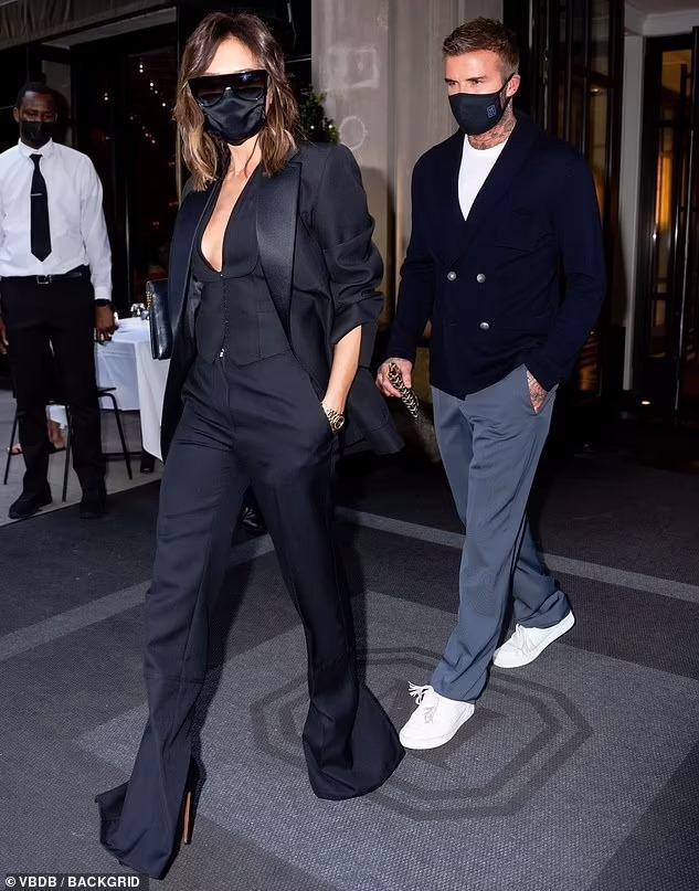 Victoria Beckham 'thả rông', tay trong tay cùng ông xã hẹn hò Ảnh 10