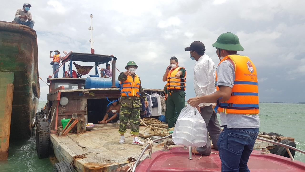 Tàu kéo bị sà lan tông gãy đôi, 3 người trôi dạt trên biển Cần Giờ Ảnh 3