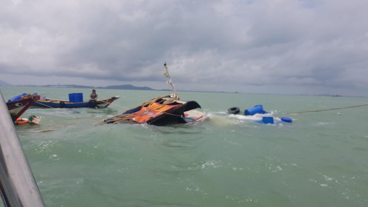 Tàu kéo bị sà lan tông gãy đôi, 3 người trôi dạt trên biển Cần Giờ Ảnh 2