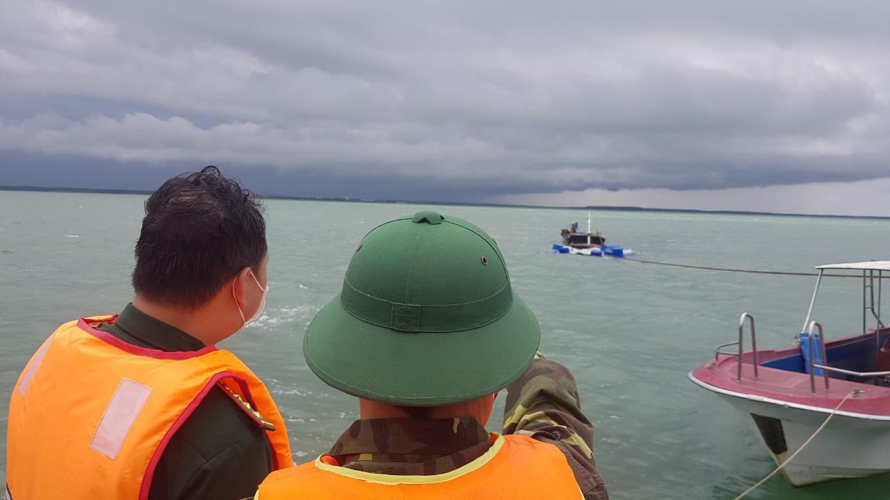 Tàu kéo bị sà lan tông gãy đôi, 3 người trôi dạt trên biển Cần Giờ Ảnh 1