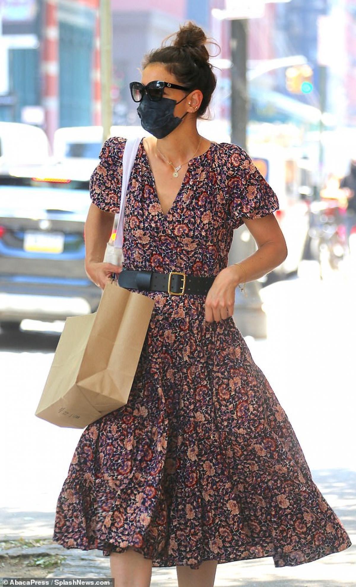 Katie Holmes điệu đà ra phố sau khi tình cũ bị bắt gặp đi chơi cùng người đẹp Zoe Kravitz Ảnh 1