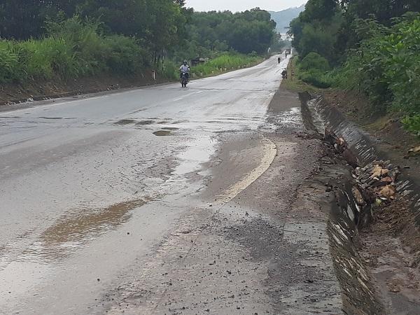 Đường mòn Hồ Chí Minh đoạn qua Nghệ An xuất hiện nhiều điểm xuống cấp, hư hỏng nặng Ảnh 1