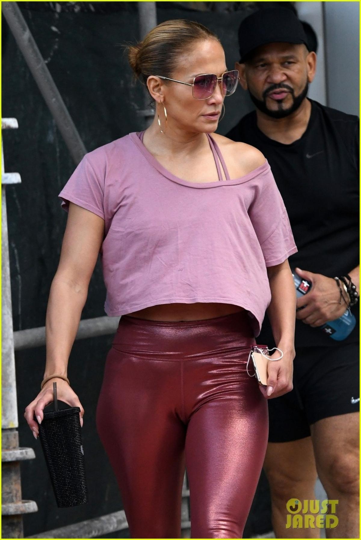 Jennifer Lopez một mình đến phòng tập gym sau khi đi uống cafe cùng chồng cũ Ảnh 8