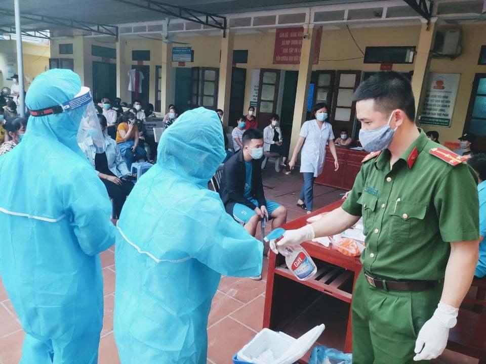 Thầy giáo nhắn người vợ y tá ở tâm dịch Bắc Giang: Đừng khóc nhé! Ảnh 3