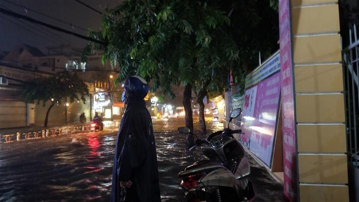 Người đàn ông cứ đứng ở con phố ngập, ngỡ trú mưa hóa ra âm thầm làm mãi 1 việc Ảnh 1