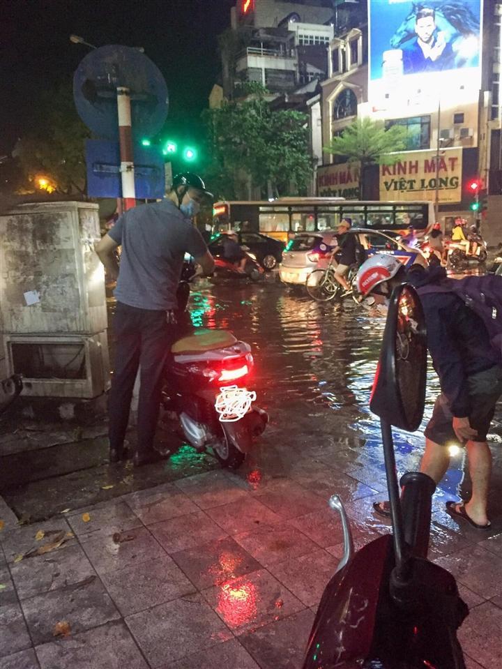 Người đàn ông cứ đứng ở con phố ngập, ngỡ trú mưa hóa ra âm thầm làm mãi 1 việc Ảnh 3