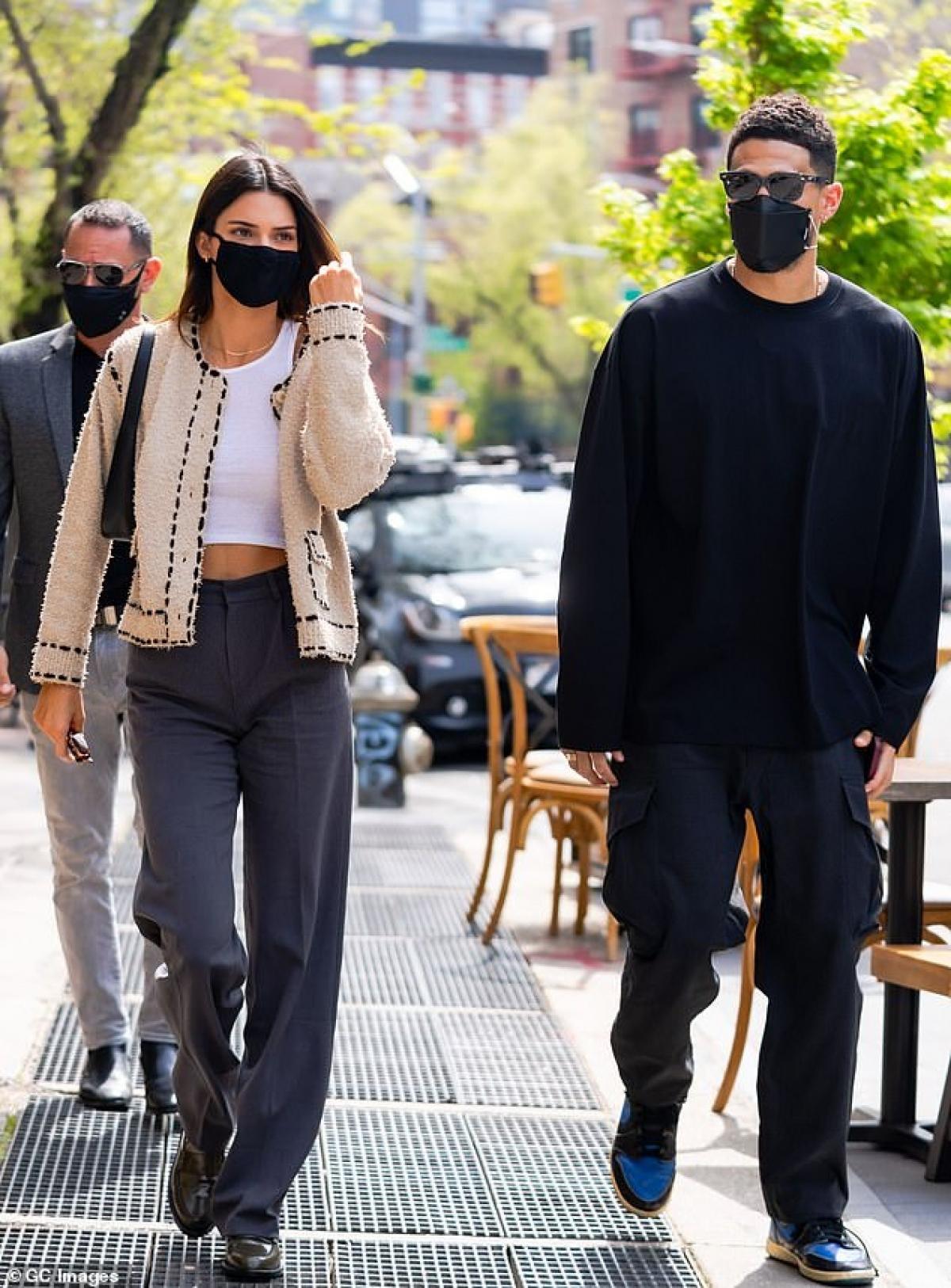 Kendall Jenner phô dáng 'bốc lửa' ra phố lúc tối muộn Ảnh 7
