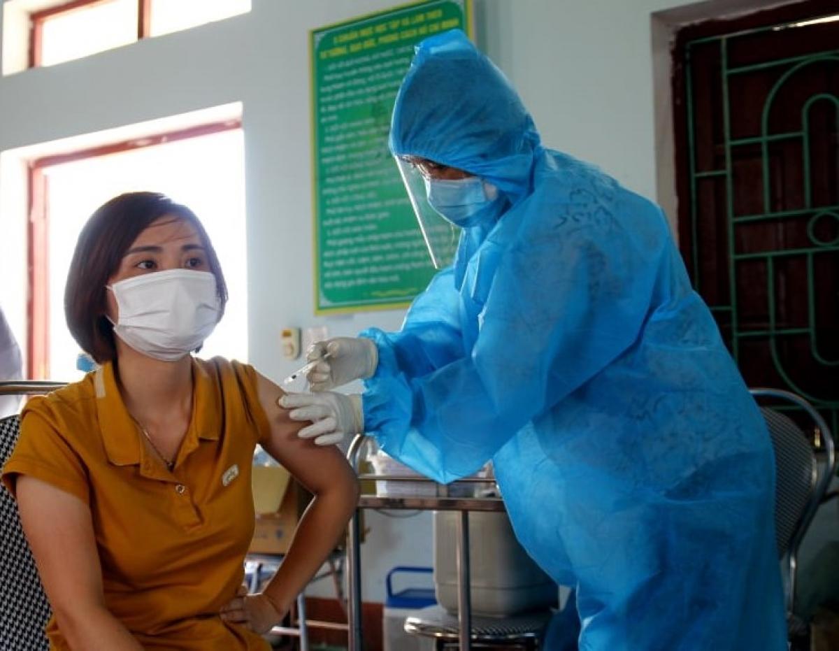 Bắc Giang chưa ghi nhận trường hợp phản ứng nặng sau tiêm vaccine COVID-19 Ảnh 1
