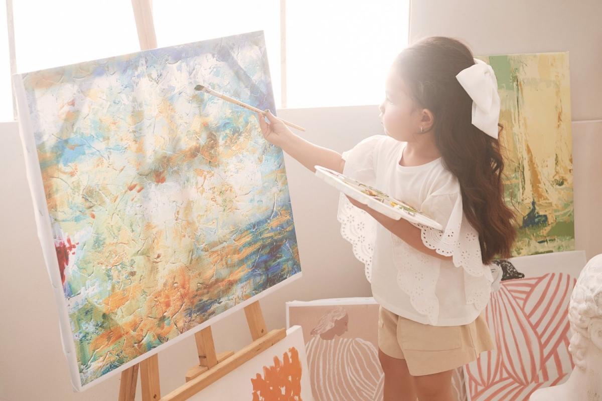 Trà Ngọc Hằng: 'Người lớn hãy vẽ những mảng màu đẹp đẽ cho con' Ảnh 1