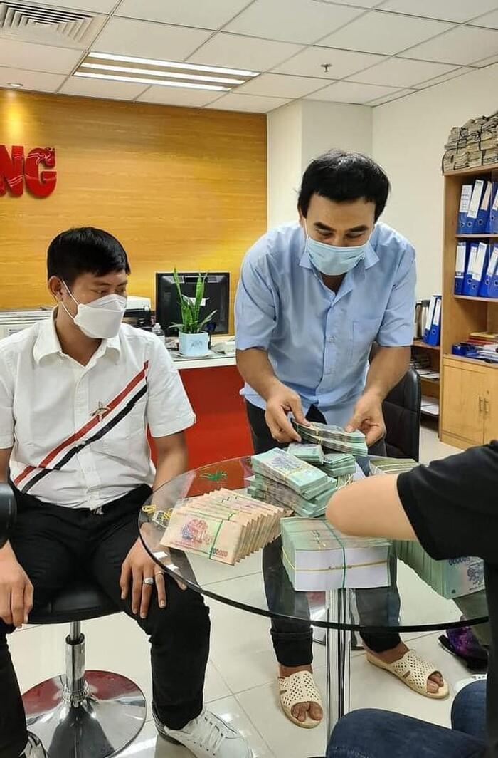 MC Quyền Linh khiến khán giả nể phục khi tiếp tục ủng hộ 2,2 tỷ cho quỹ vắc xin Ảnh 1