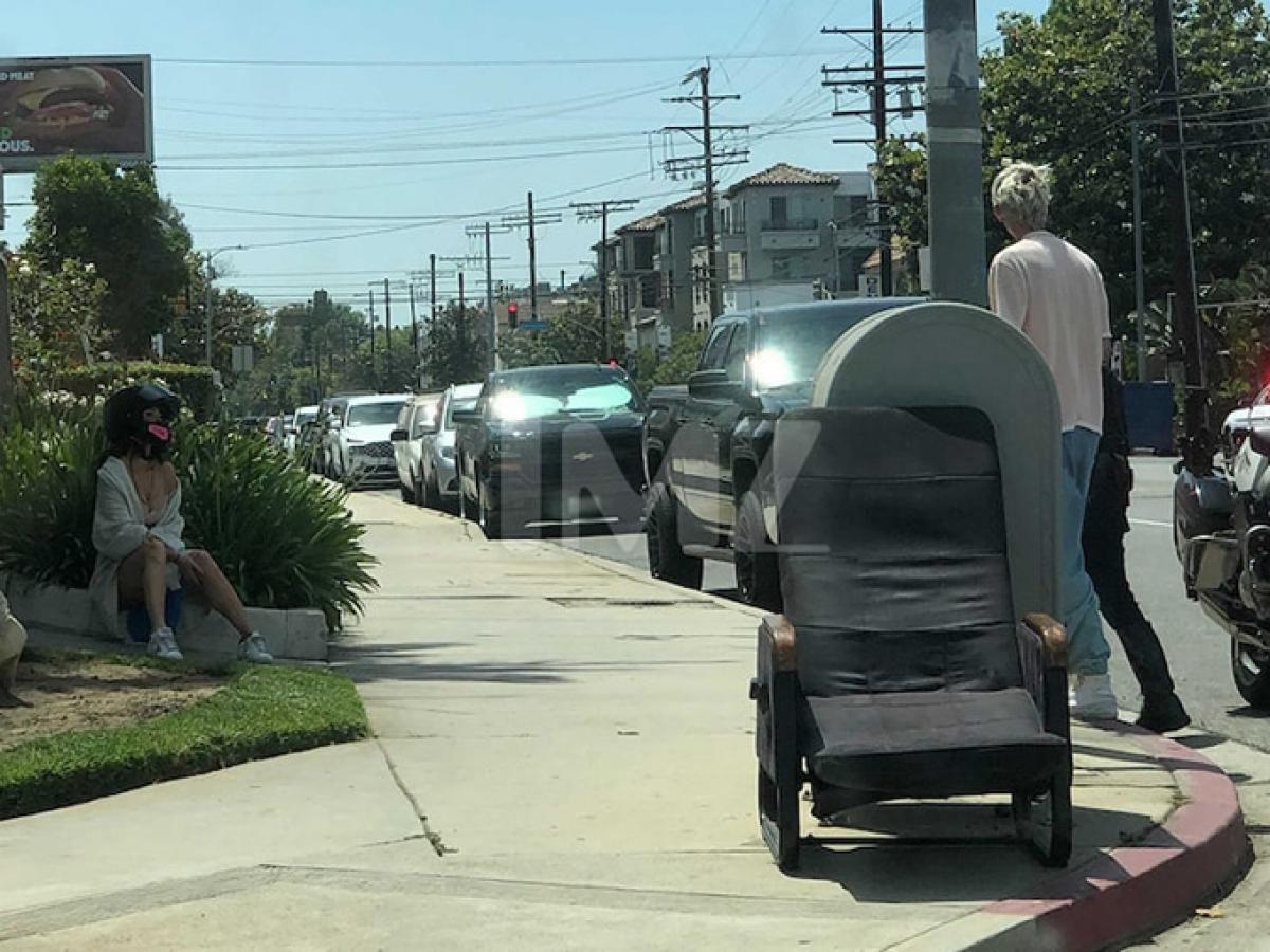 Megan Fox và tình trẻ 'khóa môi' ngọt ngào trên phố trước khi hẹn hò ăn tối lãng mạn Ảnh 8