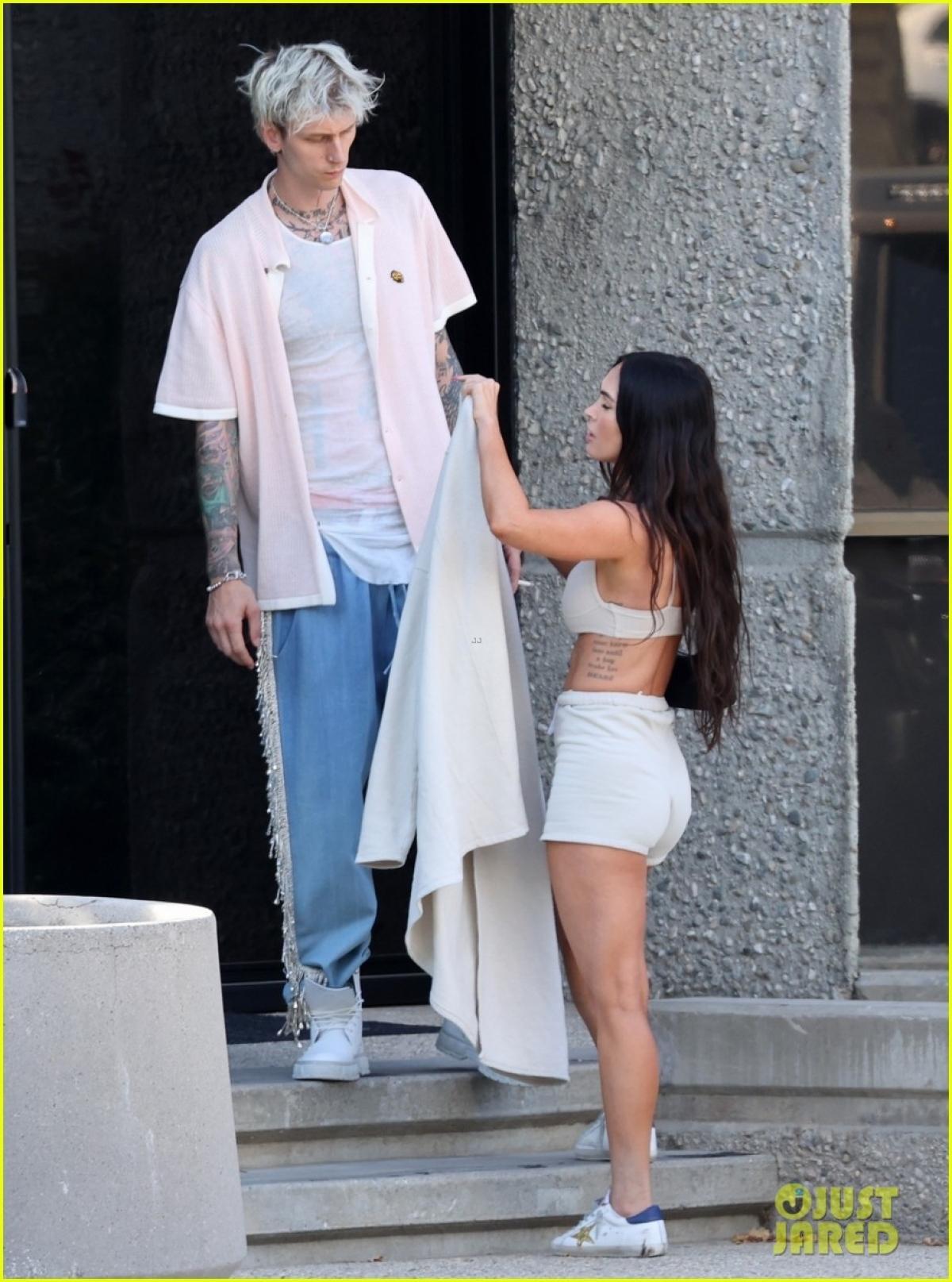 Megan Fox và tình trẻ 'khóa môi' ngọt ngào trên phố trước khi hẹn hò ăn tối lãng mạn Ảnh 5