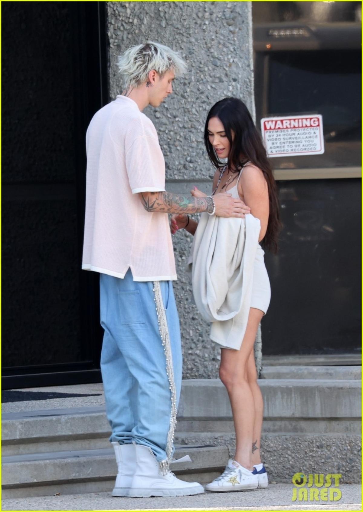 Megan Fox và tình trẻ 'khóa môi' ngọt ngào trên phố trước khi hẹn hò ăn tối lãng mạn Ảnh 4