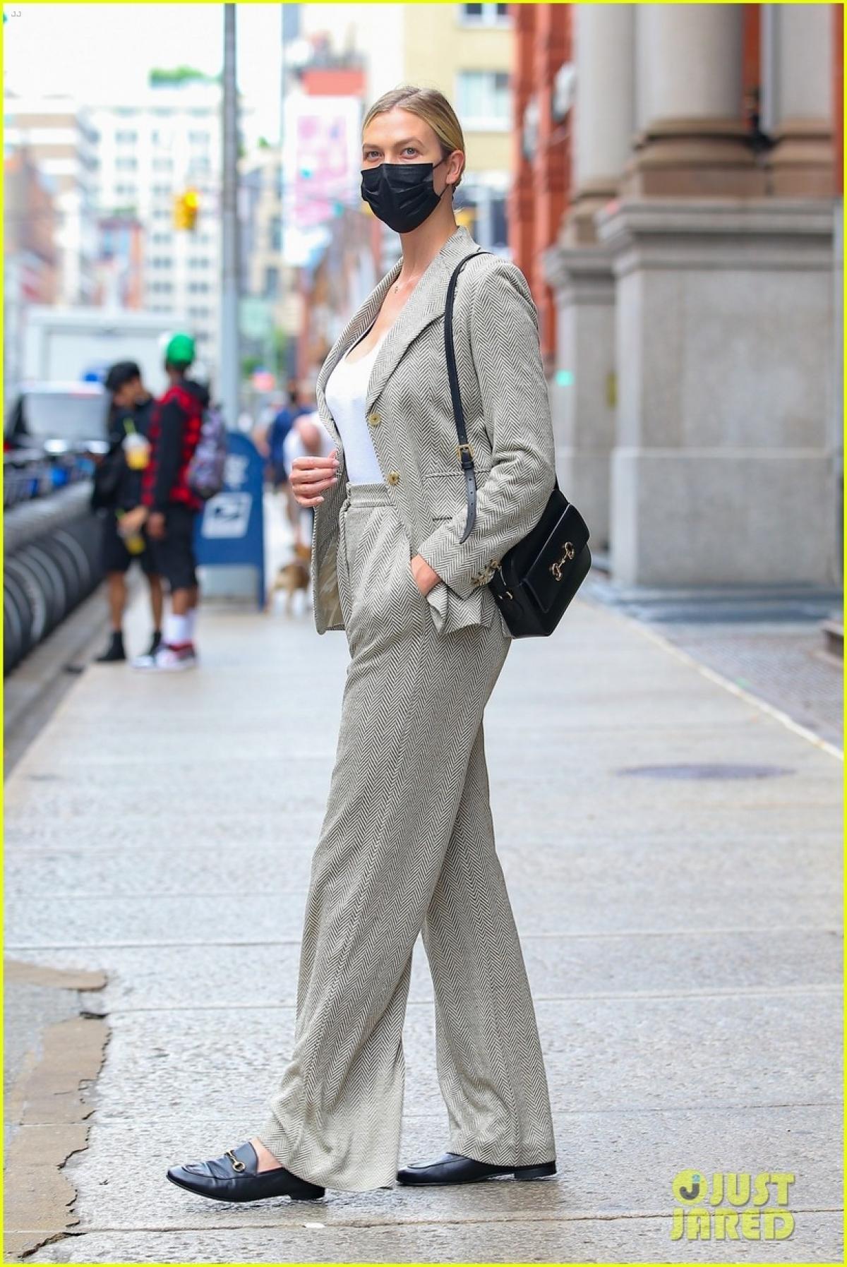 Siêu mẫu Karlie Kloss diện suit thanh lịch đến dự cuộc họp kinh doanh Ảnh 3