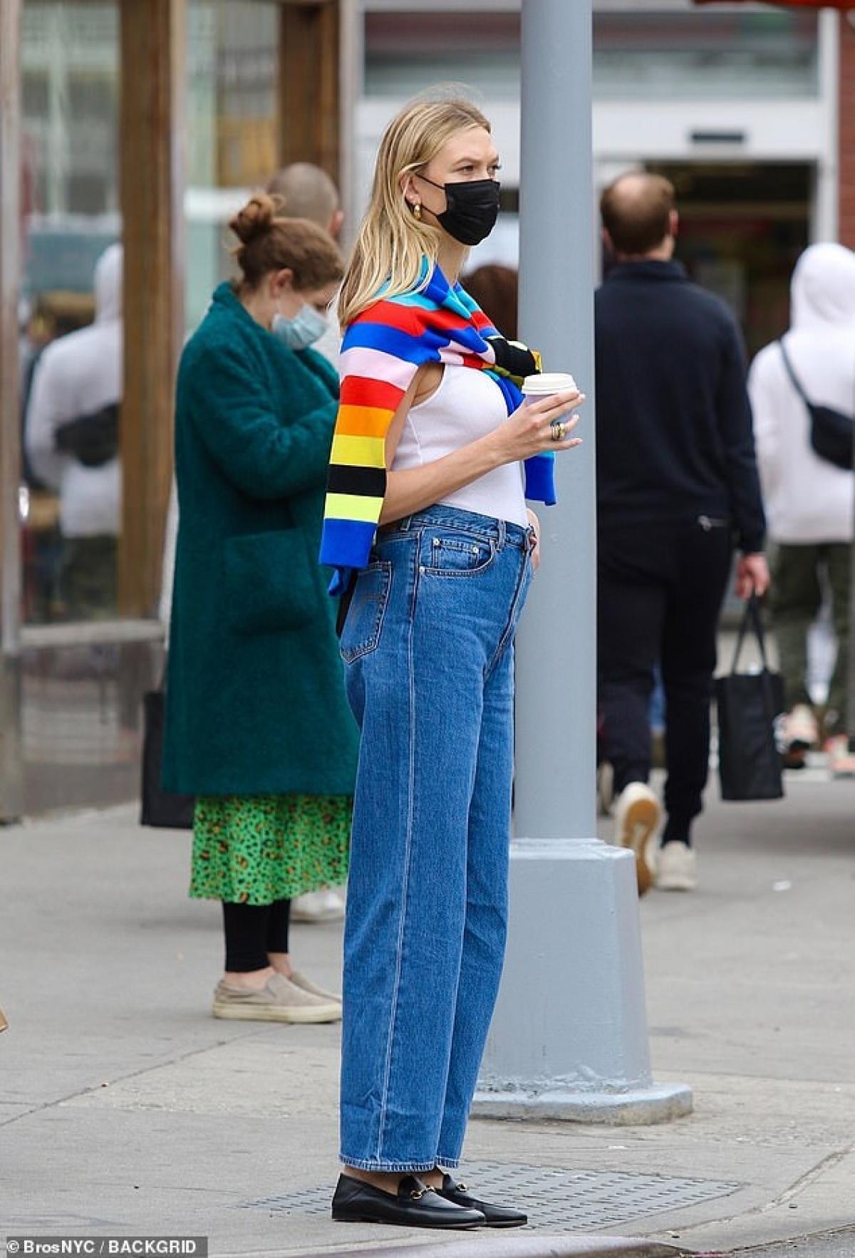Siêu mẫu Karlie Kloss diện suit thanh lịch đến dự cuộc họp kinh doanh Ảnh 8