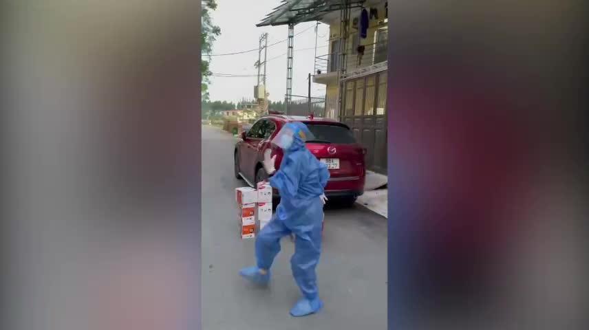 Cô gái ngẫu hứng nhảy khi chờ tặng đồ tiếp tế ở Bắc Giang - Zing - Tri thức trực tuyến
