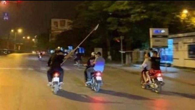 Hai nhóm thanh niên vác dao rượt đuổi như phim hành động Ảnh 1
