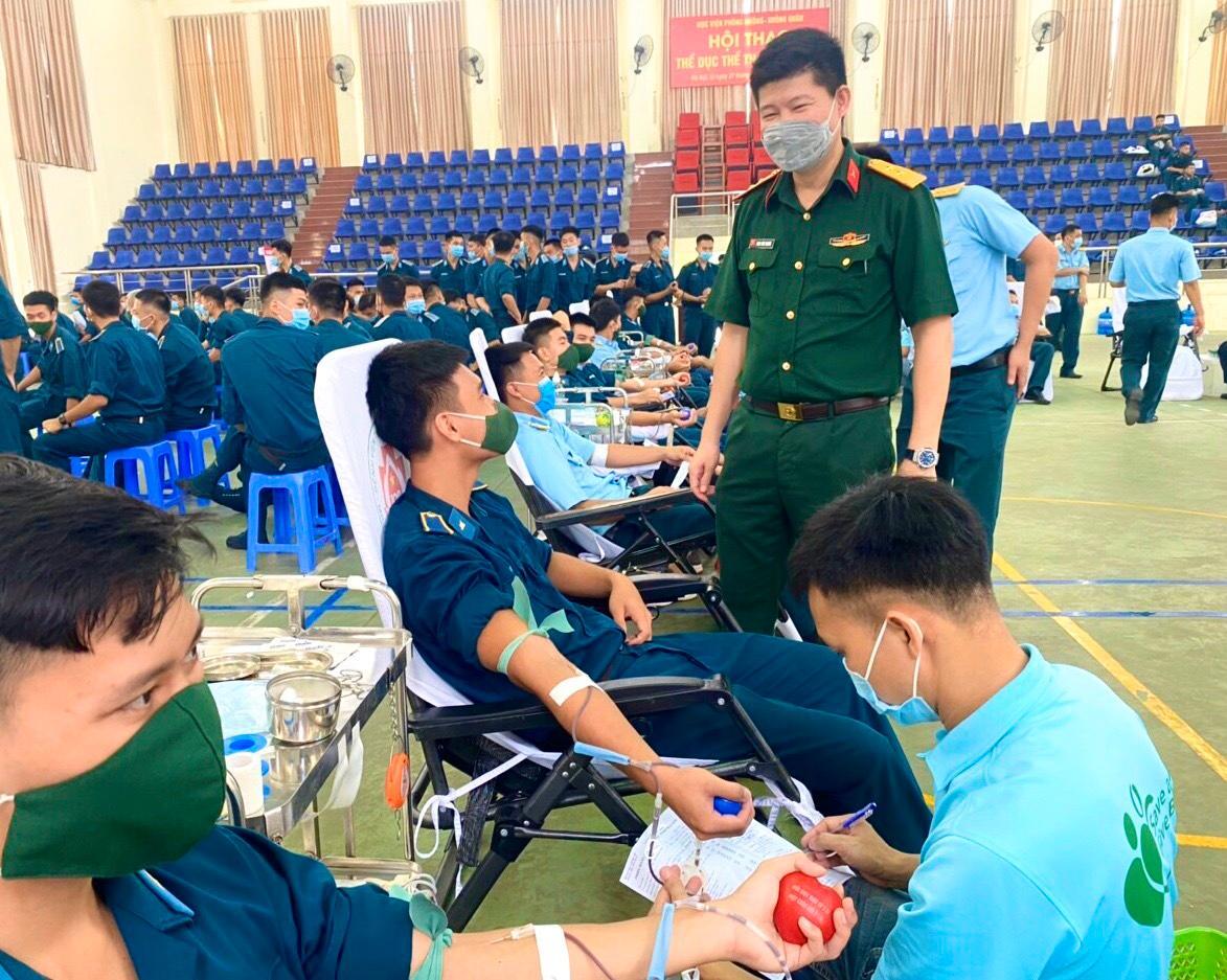 Cán bộ, học viên Học viện Phòng không-Không quân hiến tặng hơn 500 đơn vị máu Ảnh 2