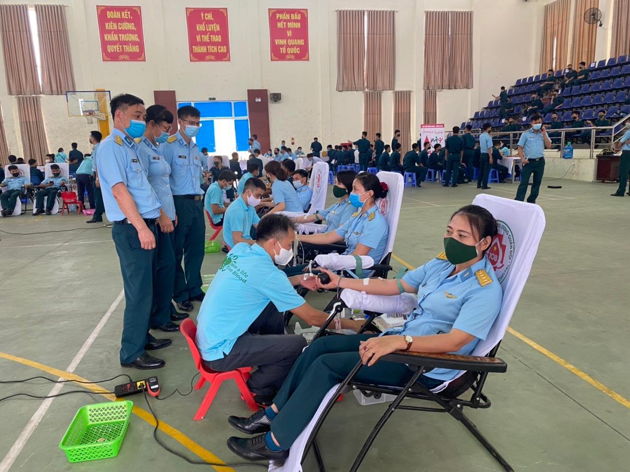Cán bộ, học viên Học viện Phòng không-Không quân hiến tặng hơn 500 đơn vị máu Ảnh 1