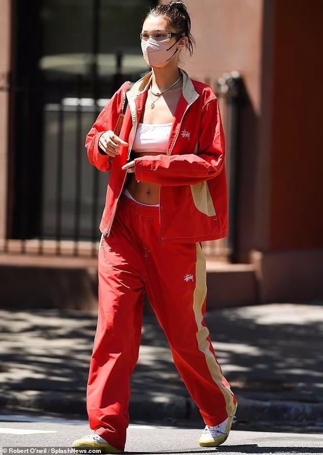 Bella Hadid diện phong cách 'quần tụt' lộ nội y trên phố Ảnh 5
