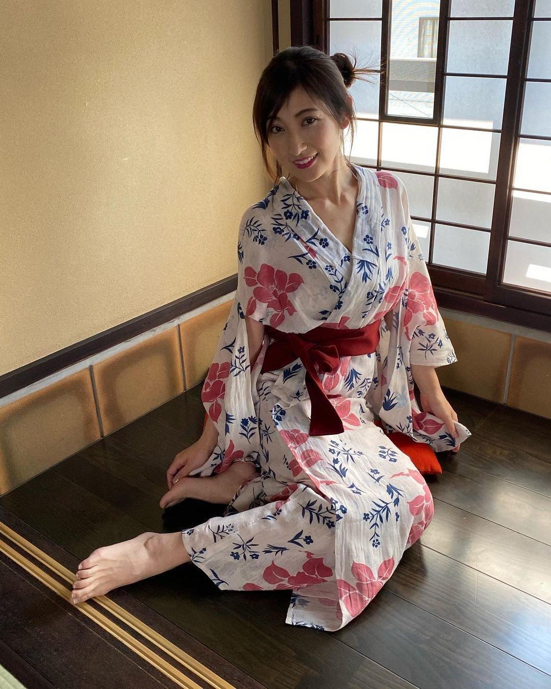 'Nữ thần áo tắm' Nhật Bản khiến bao người mê đắm bị chồng bạo hành Ảnh 3