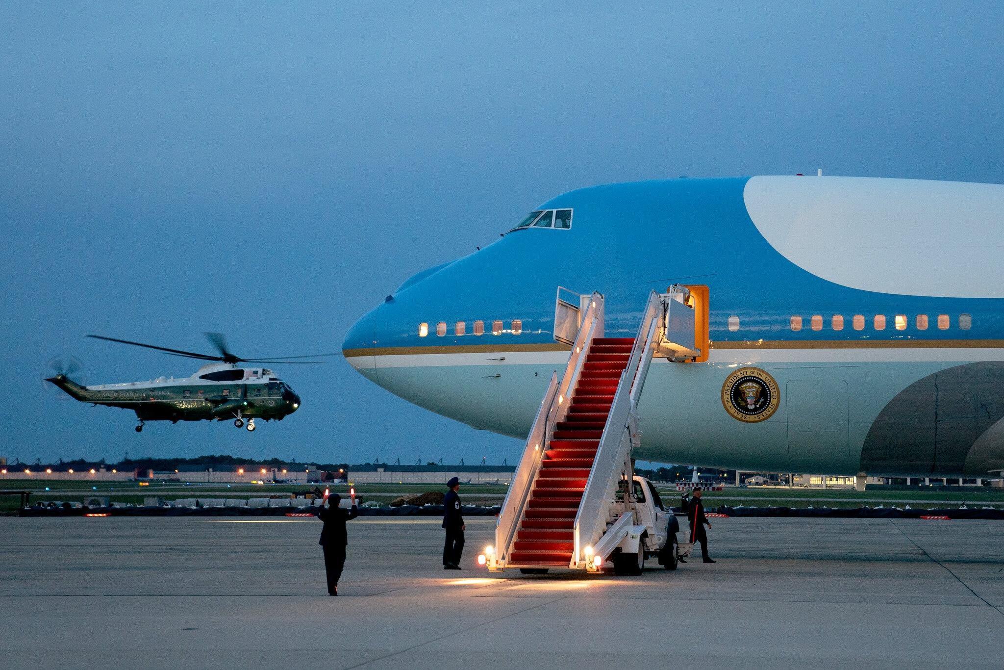 Máy bay chở đội báo chí Nhà Trắng không thể cất cánh vì ve sầu Ảnh 1