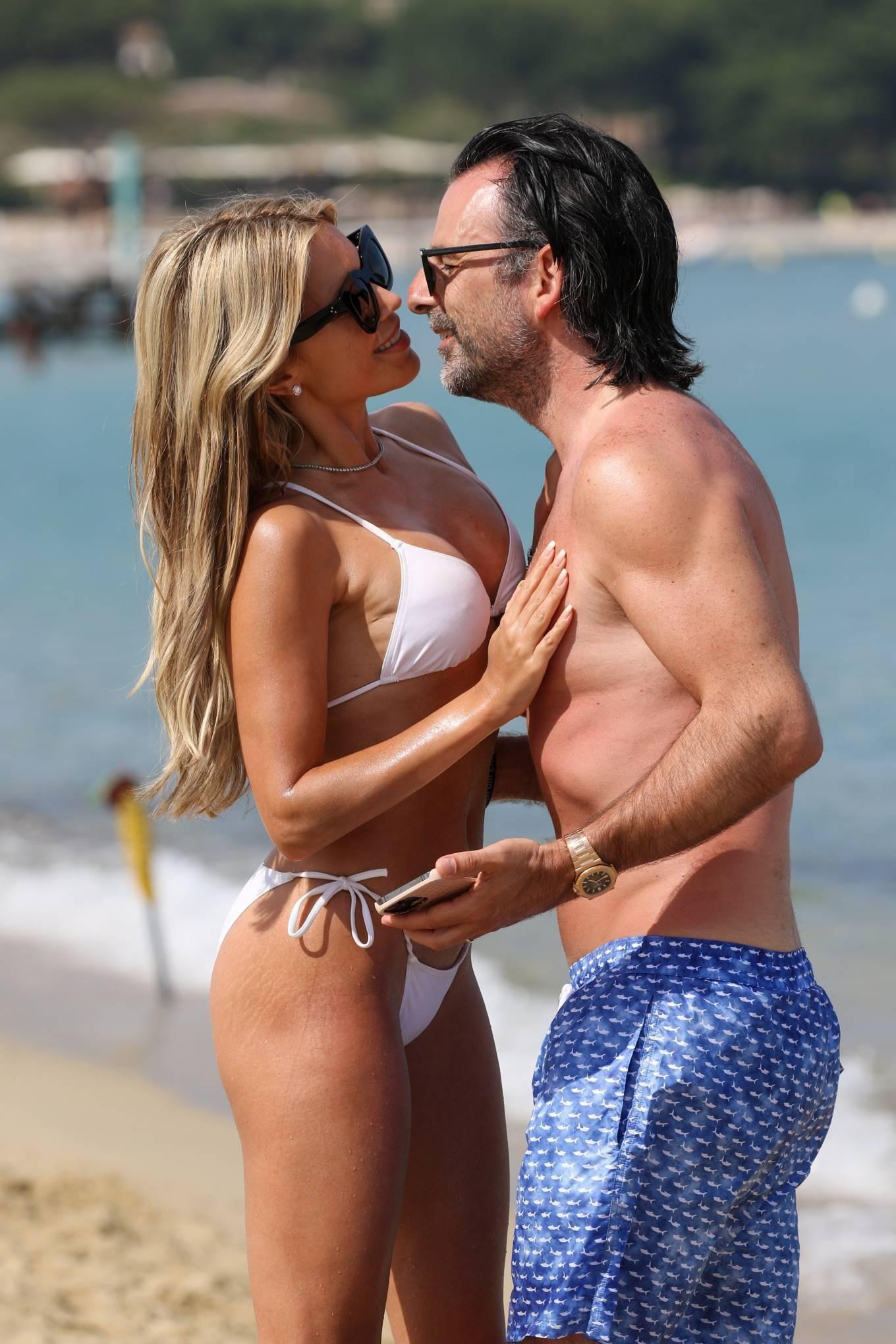 Vợ cũ tiền vệ Van der Vaart cực nóng bỏng ở biển Ảnh 4