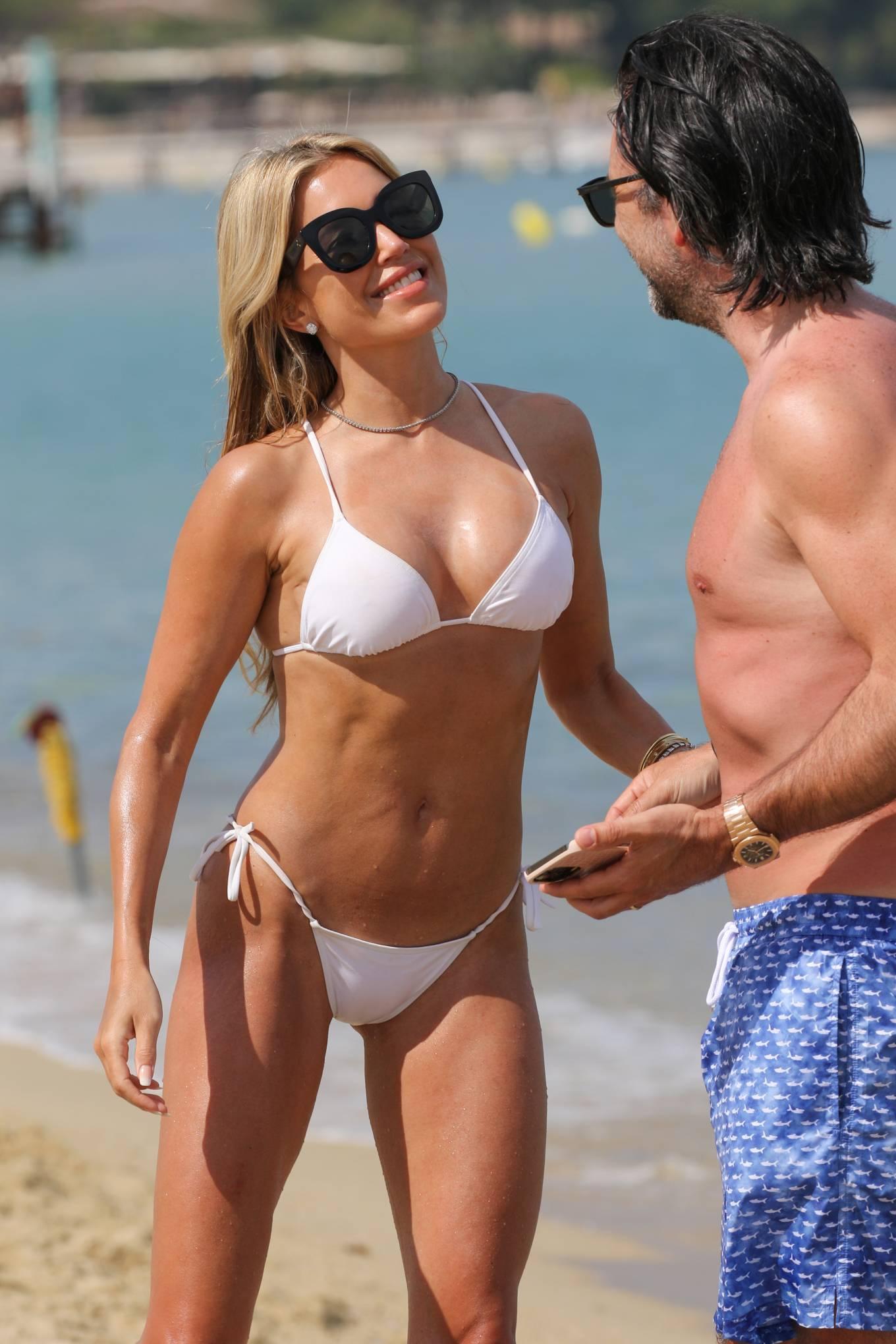 Vợ cũ tiền vệ Van der Vaart cực nóng bỏng ở biển Ảnh 6
