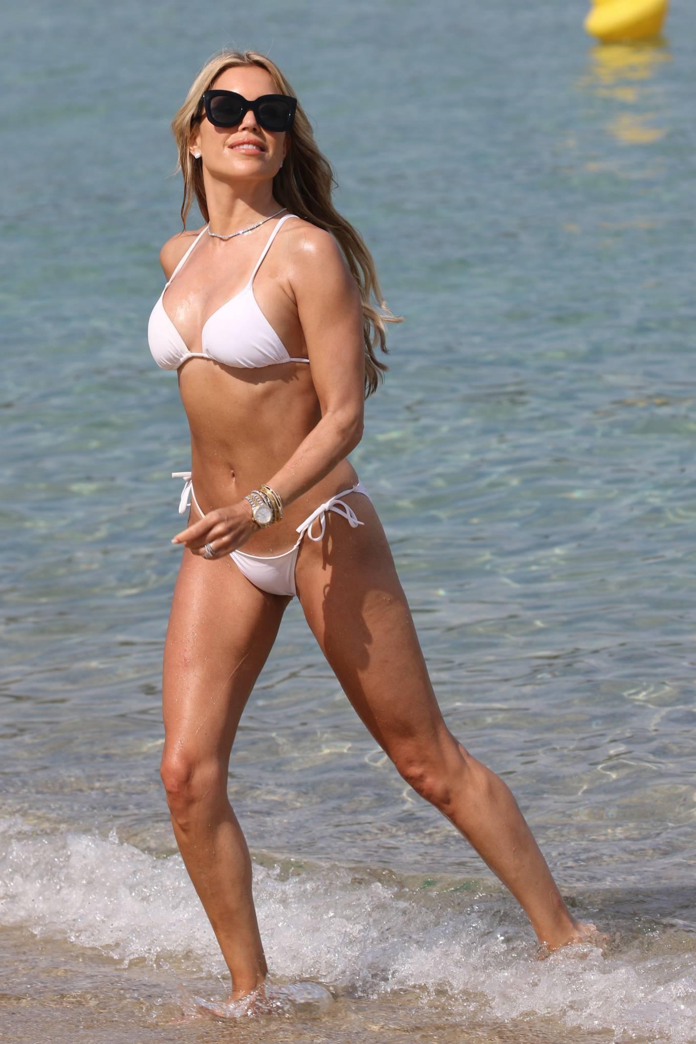 Vợ cũ tiền vệ Van der Vaart cực nóng bỏng ở biển Ảnh 2